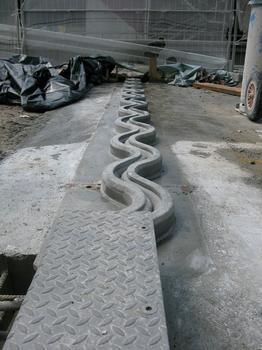 Bauphase: Im Beton eingebaute und verankerte XW-1-Fuge