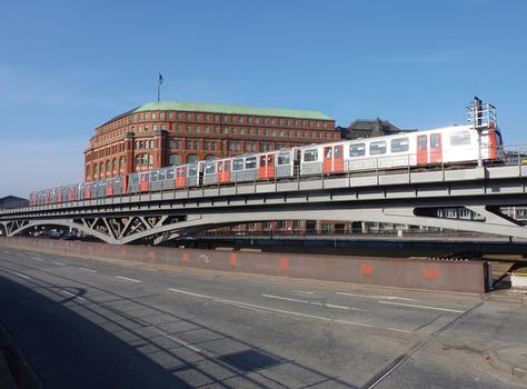 Deutlich offener und transparenter als die Altkonstruktion: das neue Stahlviadukt Am Binnenhafen in Hamburg