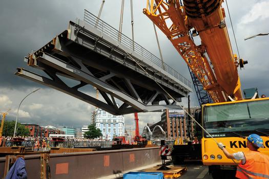 Die Montage der neuen Überbauten konnte aufgrund der Stahlbauweise des Überbaus mittels Autokranen und Anlieferung der acht Montageeinheiten über den Wasserweg stattfinden