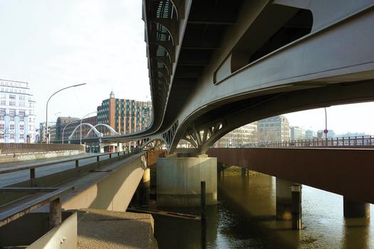 Größtmögliche Transparenz: Die Ausführung in Stahlbauweise ermöglicht, die notwendigen Vouten im Bereich der Pfeiler als äußerst filigrane Fachwerkkonstruktion auszubilden