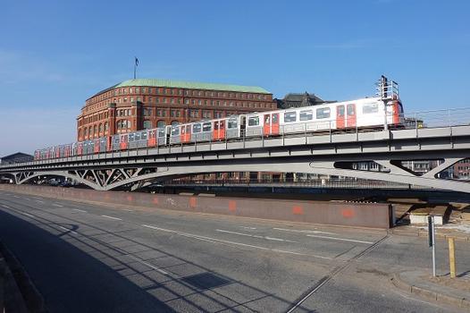 Stahlviadukt über den Binnenhafen in Hamburg für die Hochbahn