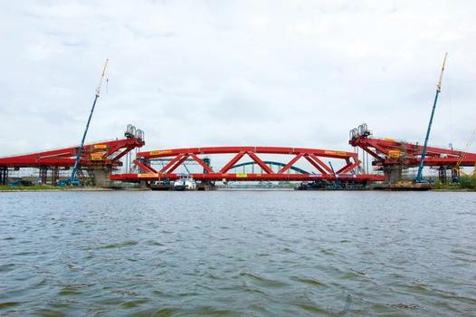 Pairs of hoists at both abutments raised the 2500 t steel bridge colossus into its final position via 248 wire ropes