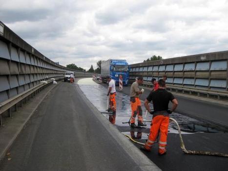 Auf den Fahrbahnbelägen der Hochbrücke Benrath bei Düsseldorf trug die STRABAG AG ein hohlraumreiches Asphalttraggerüst auf und flutete diese mit dem niedrigviskosen Epoxidharz STATIFLEX