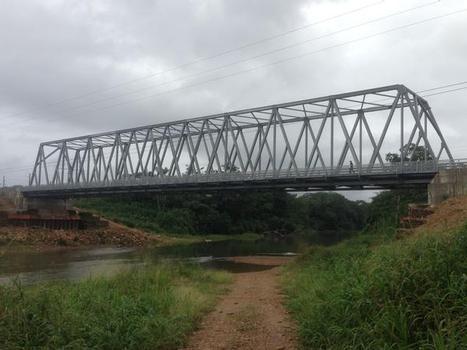 """Zwei Jahre, nachdem die 33 Jahre alte Kendal Brücke über den Sittee River einer 10 m hohen Jahrhundert-Sturzflut zum Opfer fiel, erhielt WAAGNER-BIRO BRIDGE SYSTEMS gemeinsam mit ihrer englischen Schwesterfirma QUALTER HALL & CO den Auftrag, die neue """"Kendal Bridge"""" zu errichten"""