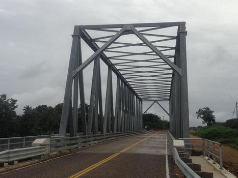Die Stahlfachwerkbrücke mit einer Einzelspannweite von 90 m ist auf extreme Windlasten bemessen und ohne Mittelpfeiler konstruiert, was dieses Herzstück der Verkehrsinfrastruktur in Belize nun besonders hurrikansicher macht