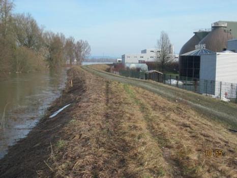 Die Kläranlage Straubing liegt am Ufer der Donau, die hier fast jedes Jahr einen kritischen Pegelstand erreicht; die ARGE erhöht im Rahmen des Hochwasserschutzbauprojekts auch den bestehenden Donaudeich