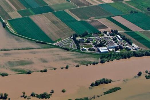 Bisher ist die Kläranlage nur auf der Donauseite durch einen Deich abgesichert: Die neue Deichanlage wird die Kläranlage Staubing vollständig umschließen und von allen Seiten vpr Überschwemmungen schützen