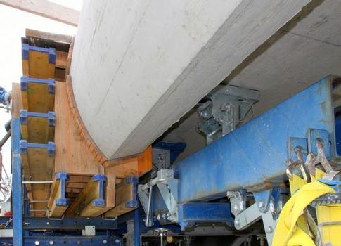 Mit dem einfach zu bedienenden Schalwagen TU entstehen alle zwei Tage 24,00 Laufmeter Brückenkappe