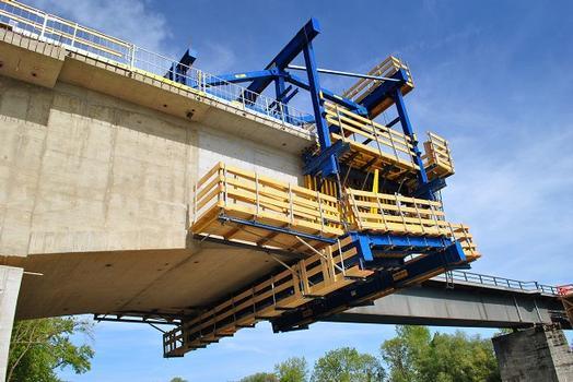 Sicherheit auf der Baustelle bieten intigrierte Bühnen und Aufstiege des Freivorbauwagens sowie 350 lfm Seitenschutzgeländer XP in den fertigen Abschnittten