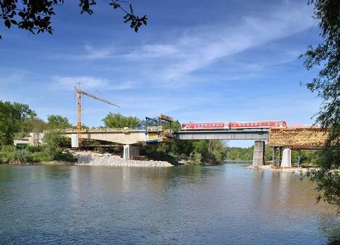 Der modulare Doka-Freivorbauwagen läuft direkt neben der alten, im regulären Bahnbetrieb befindlichen Brücke