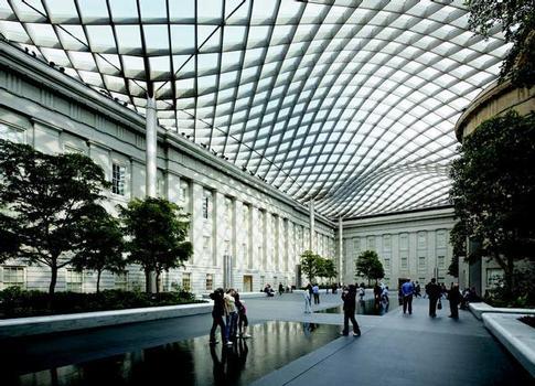 Smithsonian Institution in Washington: Das wellenförmige Dach des Museumsinnenhofes besteht aus 860 Glaselementen in 120 individuell geformten Stahlrahmen