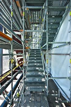 Die 100 cm breite PERI UP Treppe ist – auch bei Gegenverkehr – bequem zu begehen. Die zulässige Belastung beträgt 3,0 kN/m²
