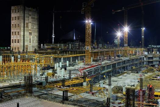 Um den engen Bauzeitenplan einhalten zu können, wurde in Warschau mit großem Personal- und Materialeinsatz Tag und Nacht gearbeitet