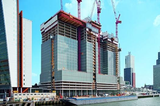 Die drei Türme des 150 m hohen Hochhausensembles De Rotterdam stehen dicht beieinander und erfahren auf halber Höhe einen Versatz der Geschosse