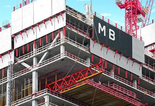 Der Ausschalvorgang ist ein wesentlicher Bestandteil der PERI Lösung: Mithilfe der SKYTABLE Umsetzmethode lassen sich die Fachwerkträger horizontal aus dem Gebäude ziehen