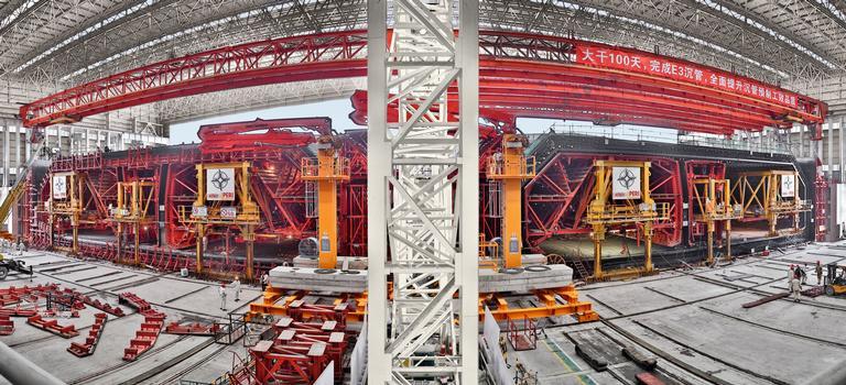 Mithilfe zweier hydraulisch bedienbarer PERI Schalungsmaschinen entsteht derzeit in China der längste Unterwassertunnel der Welt