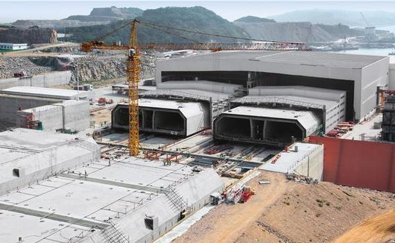 In zwei Produktionslinien werden insgesamt 33 Tunnelelemente hergestellt: 180 m lang, 38 m breit, 11,40 m hoch und 72.000 t schwer