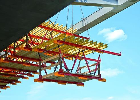 The project-specific solution with lightweight raised formwork units facilitates fast and simple moving to the next concreting section with the crane.
