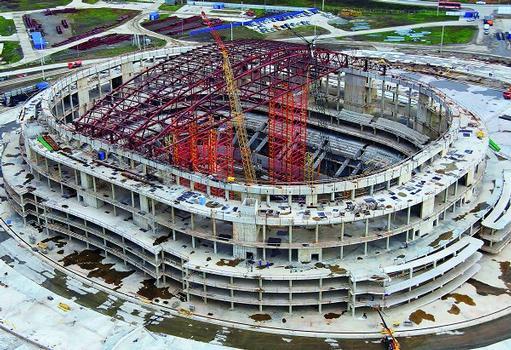 Russland: Sotschi ist Olympiastadt 2014. Derzeit wird die Dachkonstruktion der 12.000 Zuschauer fassenden Eis-Arena montiert – temporär unterstützt durch ein freistehendes Traggerüst, dem neuen VARIOKIT Schwerlastturmsystem von PERI