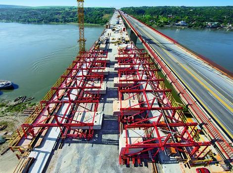 Donaubrücke Beška : Insgesamt vier VARIOKIT Gesimskappenwagen arbeiten zeitgleich und erlauben dadurch die regelmäßige Fertigstellung von sechs Betonierabschnitten mit insgesamt 130 m Kappenlänge pro Woche