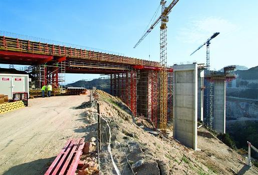 Portugal: Die Autobahnbrücke über den Rio Sordo bei Vila Real wird 412 m lang. Ein wichtiger Bestandteil der umfassenden PERI Schalungs- und Gerüstlösung ist das Lehrgerüst: bis zu 30 m hohe VARIOKIT Schwerlasttürme mit Tragfähigkeiten von jeweils 2.500 kN