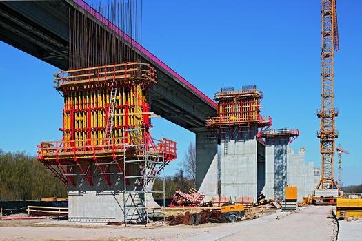 Bereits für die Brückenpfeiler konzipierten die serbischen und deutschen PERI Ingenieure zusammen mit dem Alpine Projektteam eine wirtschaftliche Kletterschalungslösung
