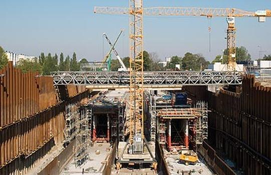 The southern entrance area is being constructed using the cut-and-cover method for a length of around 1.5 kilometres. With the two PERI formwork carriages, the walls and slabs of the two separate tunnels can be cost-effectively concreted in one pour.