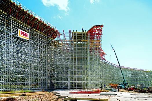 Die PERI UP Tragkonstruktion ist durch den modularen Aufbau und das metrische Raster optimal an die Bauwerksgeometrie sowie an die auftretenden Betonier- und Verkehrslasten angepasst