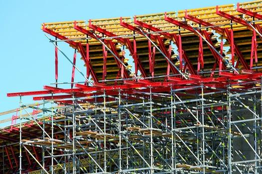 Gespärreeinheiten aus standardisierten Systembauteilen des VARIOKIT Ingenieurbaukastens bilden die Stegaußen- und Kragarmschalung und leiten die Lasten zuverlässig in das Lehrgerüst ein