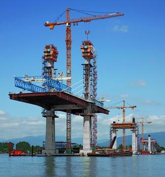 Im Abstand von 242 Metern wachsen vier Pylone mithilfe der PERI ACS Selbstklettertechnik 86 Meter in die Höhe.