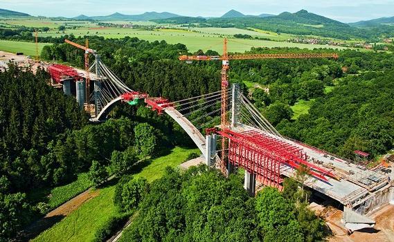 Die 258 Meter lange und 50 Meter hohe Bogenbrücke quert das Oparno Tal im böhmischen Mittelgebirge