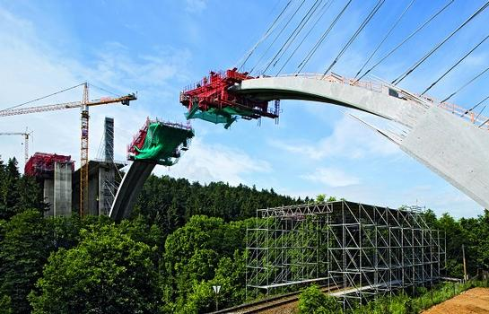 Die PERI UP Schutzdachkonstruktion verhindert Beeinträchtigungen des Zugverkehrs, während der Bogen im Freivorbau hergestellt wird