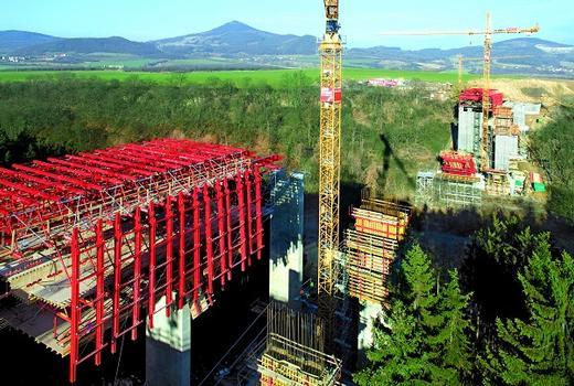 PERI greift zur Herstellung der Brückenbauteile auf weitgehend mietbare Baukastensysteme zurück