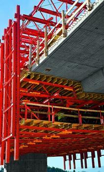 Wirtschaftliche Systemlösung: Die VARIOKIT Schalwagen wurden lastoptimiert und geometrisch an die beiden 14 Meter breiten Plattenbalkenquerschnitte angepasst
