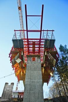 Zum Passieren der Brückenpfeiler lässt sich die Bodenschalung hydraulisch und dadurch einfach und komfortabel abklappen