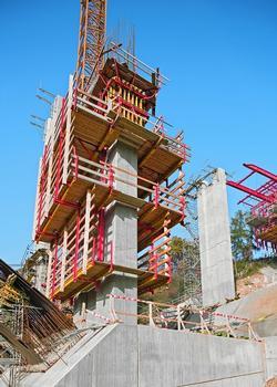 Die Brückenpfeiler werden mit dem PERI RCS Schienenklettersystem wirtschaftlich geklettert