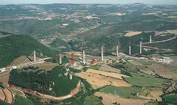 Lors de la construction du viaduc d´une longueur de 2460 m, à proximité de Millau dans le sud de la France, est appliquée la technique de coffrage autogrimpant PERI pour la réalisation des piles qui, avec leurs 245 m, sont les plus hautes du monde