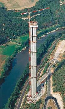 En parvenant à une hauteur de 183,415 m pour la pile P2 le 4 juin 2003, l'entreprise de construction Eiffage TP a établi un nouveau record du monde en matière de pile. Il reste encore 15 phases de bétonnage a effectué à l'aide du coffrage auto-grimpant PERI ACS avant que la pile atteigne sa hauteur définitive de 245 m