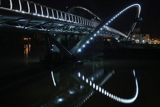 The bridge at night – the lighting design uses LED technology