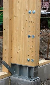 Es bieten sich im Wesentlichen fünf Varianten an, die Holzkonstruktion mit dem Fundament zu verbinden. Hier wurden Einspannstützen mit eingeschlitzten Stahlteilen und Stabdübeln verwendet