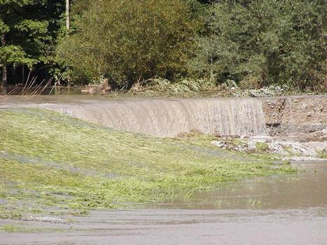 Landseitiger Teilabbruch durch Erosion beim Überströmen