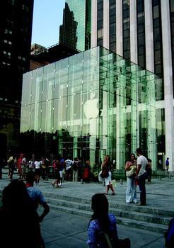 Der Kubus des Apple Store in New York besteht aus 24 Senkrechtschwertern und 10 Querträgern