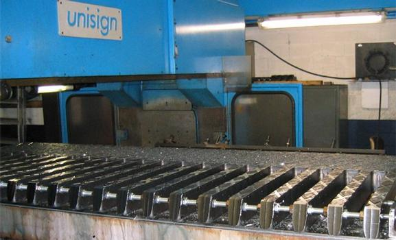 Shaping of the diamond tread pattern on the finger plates for augmenting skid resistance