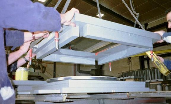 Gleitplatte mit Edelstahlblech wird auf die Kalotte heruntergelassen