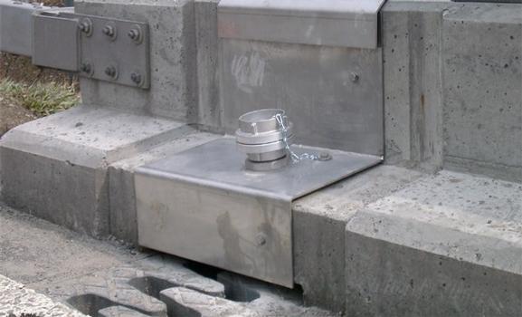 Le nettoyage de la gouttière de drainage peut se faire à l'aide d'un tuyau de rinçage