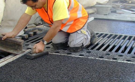 Remplissage de l'espace entre le joint Tensa®Flex et le revêtement de la chaussée avec de l'asphalte coulé