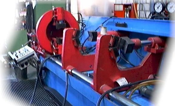 Die Produktion der Zylinderrohre erfolgt mit speziellen Maschinen