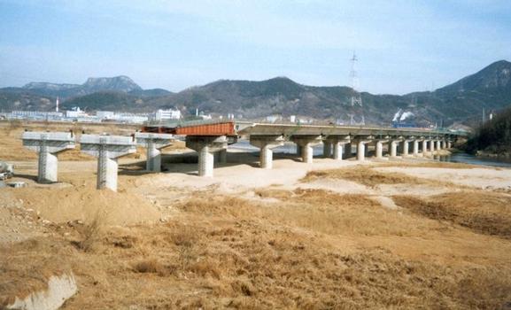 Taktschiebebrücke bereits zur Hälfte fertiggestellt