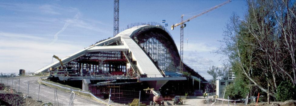 Enerpac's 12000 tons synchronous hydraulic systems moved the concrete arch and pushed the cantilevers apart to make space for the final casting of Zaragoza's Third Millenium Bridge (Spain)