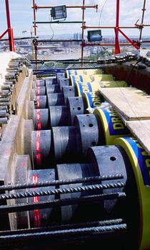 The crown jacking of the bowstring arch was done using a synchronous system with six 2000 tons double-acting lock nut cylinders controlled by a single PLC-control unit